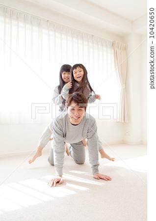 父母和小孩 爱人 拥抱