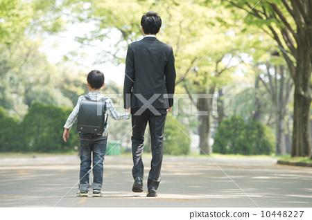 图库照片: 背影 父母身份 父母和小孩