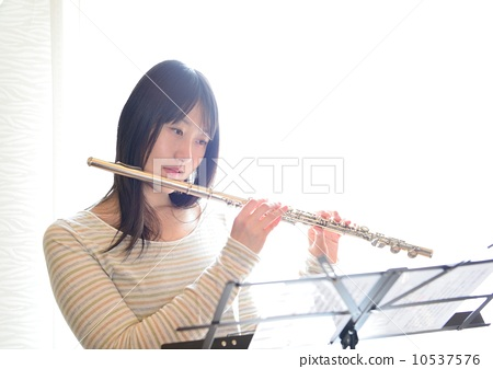 照片素材(图片): 长笛 女生 女孩