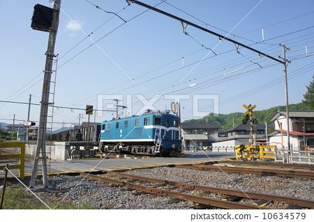 照片素材(图片): 货运列车 铁路道口 平交路口