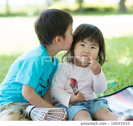 图库照片: 小孩 亲吻 吻