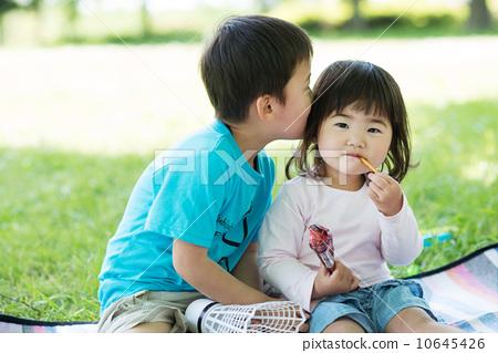 儿童可爱接吻图片