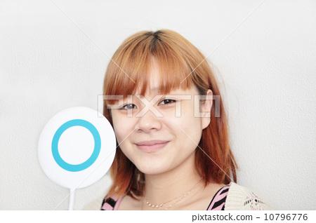 照片素材(图片): 圆形标志 正确 女生