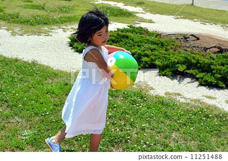 照片素材(图片): 小女孩 沙滩球 女生