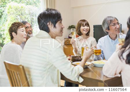 行为_动作 干杯 轰趴 家居派对 家庭聚会  *pixta限定素材仅在pixta