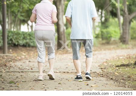 人 首页 照片 人物 男女 情侣/夫妻 奔跑 背影 人  *pixta限定素材仅