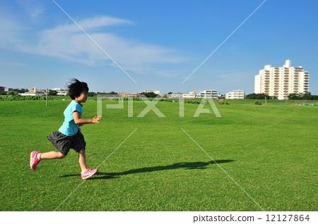 孩子背书包跑步-儿童奔跑