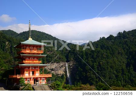 青岸渡寺の三重塔と那智滝 12250656