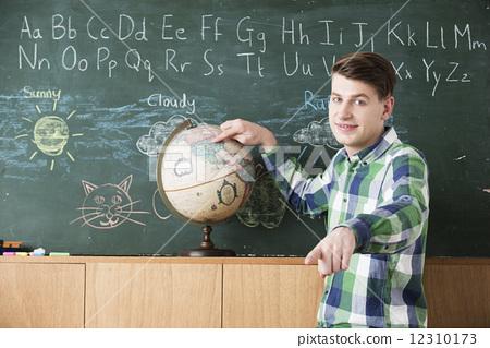 照片 人物 学生 小学生 指导员 英语对话 地球仪  *pixta限定素材仅在