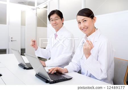 图库照片: 医生 博士 便携电脑