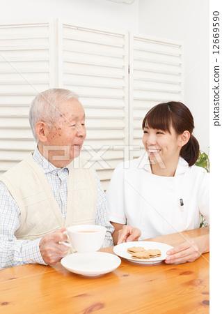 家庭护理 首页 照片 人物 男女 老年人 家庭护理  *pixta限定素材仅在