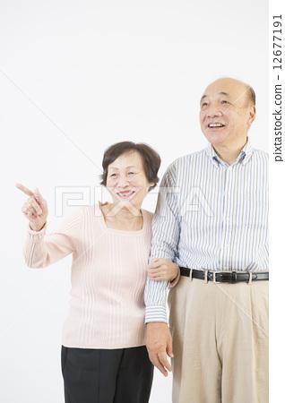 首页 照片 人物 男女 情侣/夫妻 指点 老人 微笑  *pixta限定素材仅在