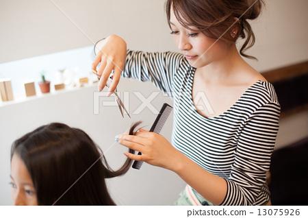 两美女剪发_标清_图库照片: 美发师 理发师 美女艺术家