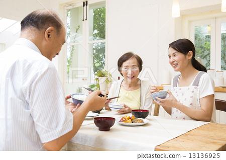 家人吃饭 首页 照片 人物 男女 老年人 家人吃饭  *pixta限定素材仅在