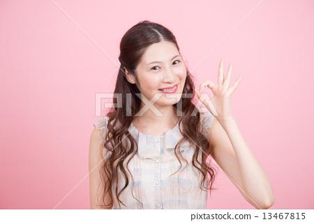 女 首页 照片 人物 男女 情侣/夫妻 做头发 女性 女  *pixta限定素材