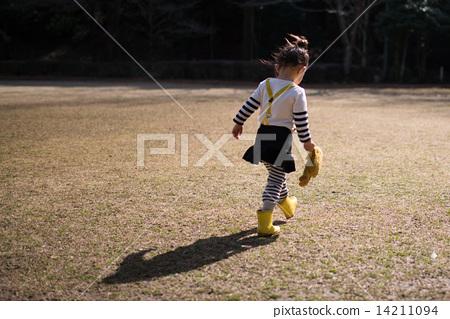 图库照片: 小孩 背影 胶鞋