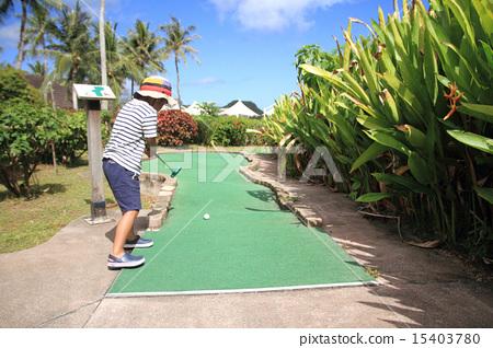 图库照片: 迷你高尔夫球场 男孩 幼儿
