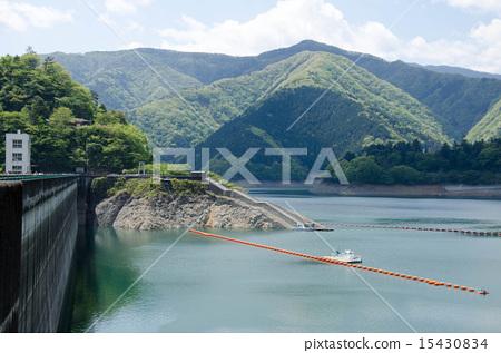 图库照片: 奥多摩湖ogauchi水坝湖水坝水库多摩东京夏天自然风景蓝