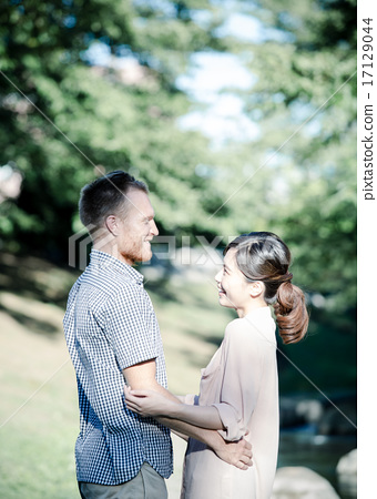 首页 照片 人物 男女 情侣/夫妻 外国人 白人 行走  *pixta限定素材仅