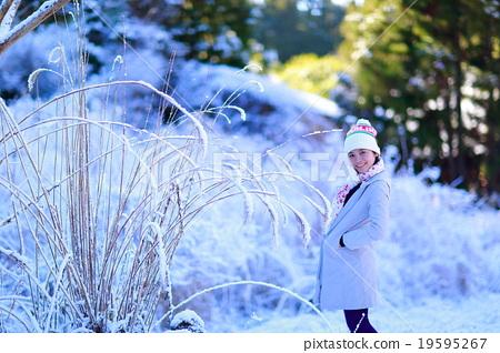 照片 在雪地里 首页 照片 人物 女性 女孩 在雪地里  *pixta限定素材