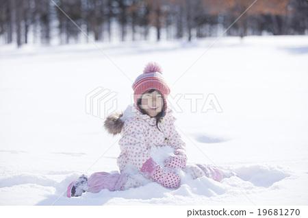 首页 照片 人物 男女 情侣/夫妻 雪玩的孩子  *pixta限定素材仅在
