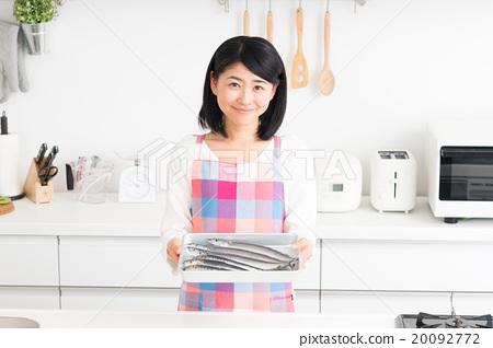 鱼) 首页 照片 人物 女性 主妇 家庭主妇(厨房 - 鱼)  *pixta限定素材