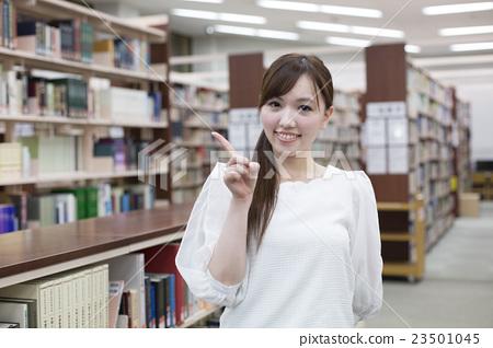 图库照片: 大学生 图书馆 指示