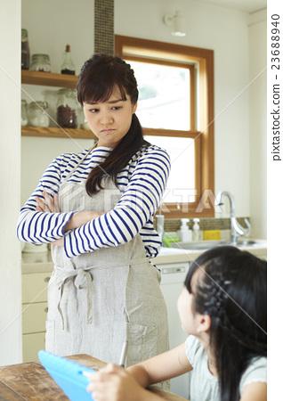 图库照片: 父母身份 父母和小孩 生气