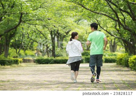 首页 照片 人物 男女 情侣/夫妻 慢跑 背影 夫妇  *pixta限定素材仅在