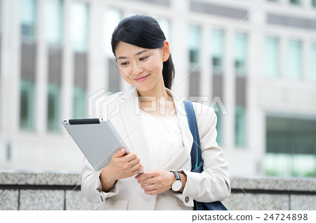 首页 照片 姿势_表情_动作 行为_动作 看 女商人  *pixta限定素材仅在