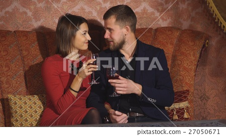 http://thumbs.dreamstime.com/z/woman-flirting-repairman-46285162.jpg_图库照片: young couple flirting at restaurant