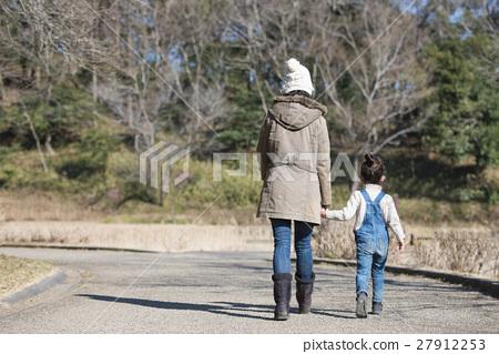 图库照片: 父母身份 父母和小孩 背影