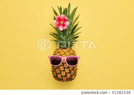 图库照片:fashionhipsterpineapple.tropicalsummerfruit