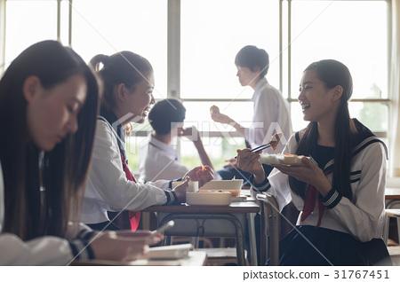 吃 首页 照片 人物 学生 高中生 高中生 教室 吃  *pixta限定素材仅在