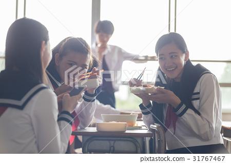 吃 首页 照片 人物 男女 情侣/夫妻 高中生 教室 吃  *pixta限定素材