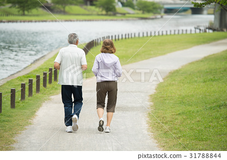 首页 照片 人物 男女 情侣/夫妻 年长 慢跑 背影  *pixta限定素材仅在