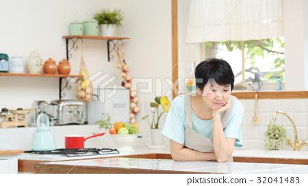 苦恼 首页 照片 人物 女性 主妇 家庭主妇 担心 苦恼  *pixta限定素材