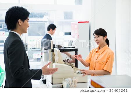 销售人员_客户服务 店员 便利店 收款台 店员  *pixta限定素材仅在