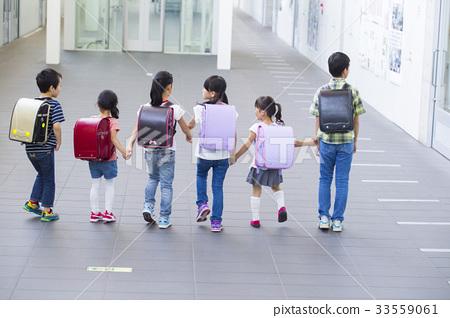 小学生_图库照片: 6名小学生