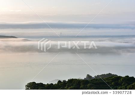 照片 姿势_表情_动作 行为_动作 看 雾 有雾的 薄雾  *pixta限定素材