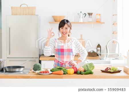 厨房 首页 照片 人物 女性 主妇 主妇 家庭主妇 厨房  *pixta限定素材