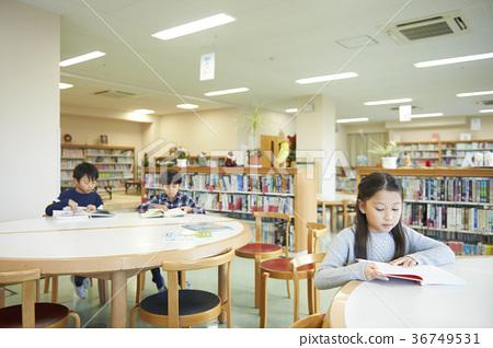 图库照片: 小学生 阅览室 阅读
