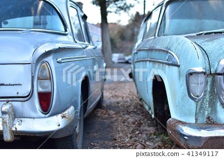 照片素材(图片): 两辆美国汽车被废弃了