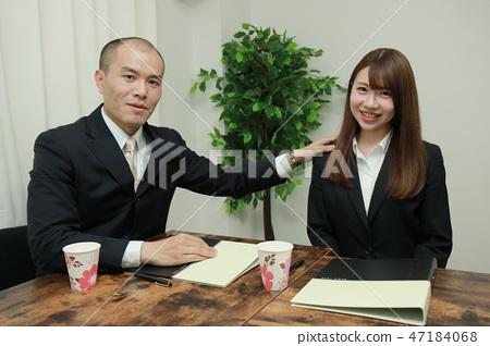 照片素材(图片): 友好的老板和积极进取的新人