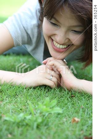 說謊在草坪的婦女 365254