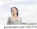 一個女人帶著燦爛的笑容 435379