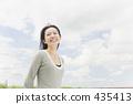 一個女人帶著燦爛的笑容 435413
