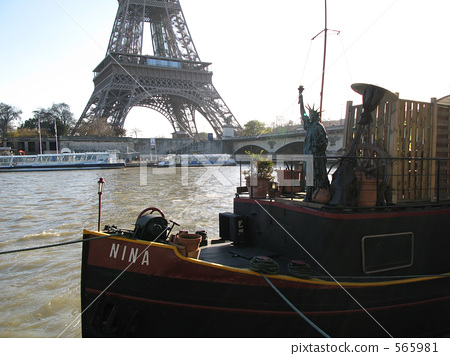 에펠 탑과 선상의 자유의 여신상 세느 강 파리 프랑스 565981