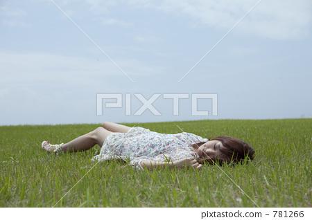 초원에 누워있는 여자 781266