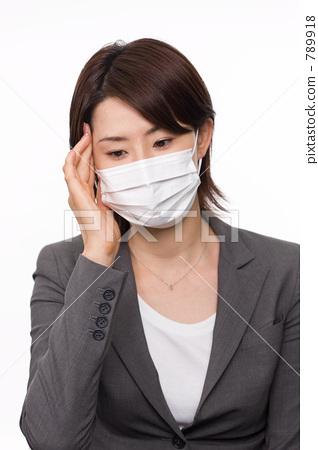 นักธุรกิจหญิงที่สวมหน้ากาก 789918
